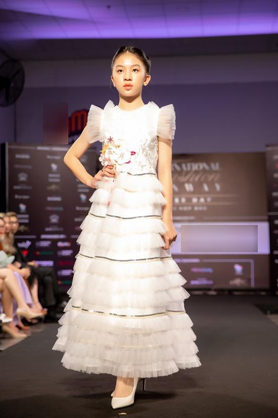 Trong buổi họp báo chương trình chiều 20/12, ban tổ chức cũng giới thiệu nhiều mẫu trang phục đến từ các nhà thiết kế, thương hiệu khác.