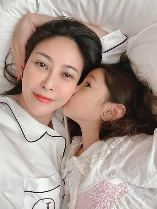 Hoa hậu Hà Kiều Anh tâm sự: Sướng nhất là ngày không phải làm gì, chỉ nằm dài trên giường chơi đùa đủ kiểu với con và lôi nhau ra để selfie. Dù ngoài kia trời nắng hay mưa mẹ con mình vẫn cứ vui cùng nhau thế là đủ. Yêu con gái nhất trên đời.