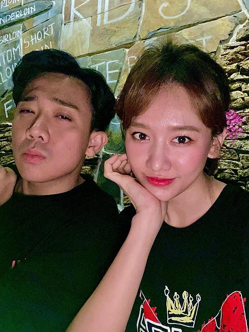 Vợ chồng Trấn Thành - Hari Won tranh thủ pose hình khi đi ăn.