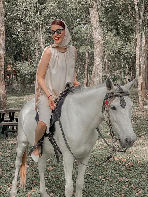 Lan Khuê khoe ảnh cưỡi ngựa, một người bạn liền trêu: Nếu con ngựa đó phi nước đại tôi nghĩ hình ảnh sẽ xuất thần hơn nữa.
