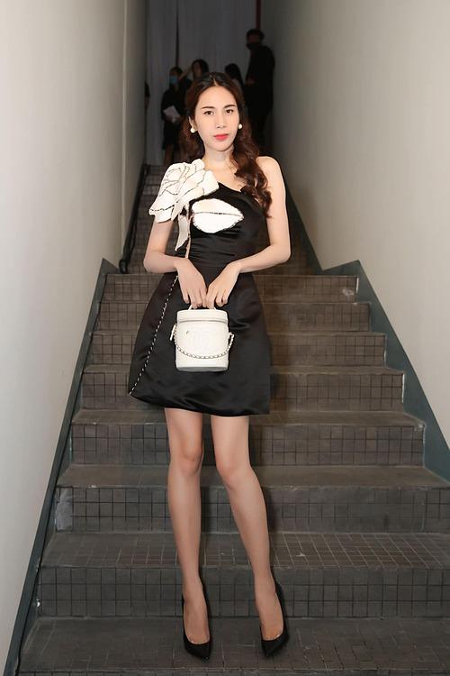 Ca sĩ Thủy Tiên dự Fashion show của một người em thân thiết.