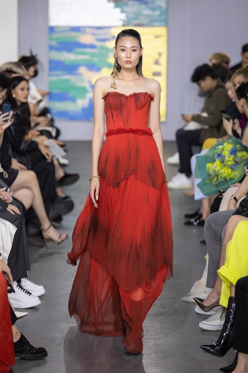 Tận dụng vải vụn, da thừa từ các bộ sưu tập trước, Trần Hùng còn mang tới các mẫu đầm dạ tiệc quyến rũ.