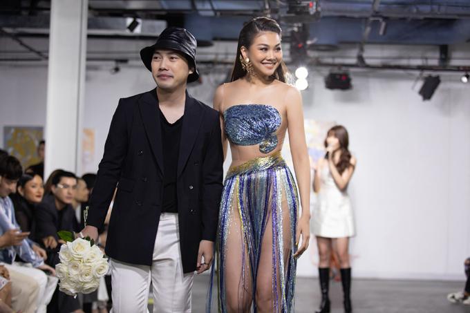 Nhà thiết kế Trần Hùng và siêu mẫu Thanh Hằng trong phần chào kết.