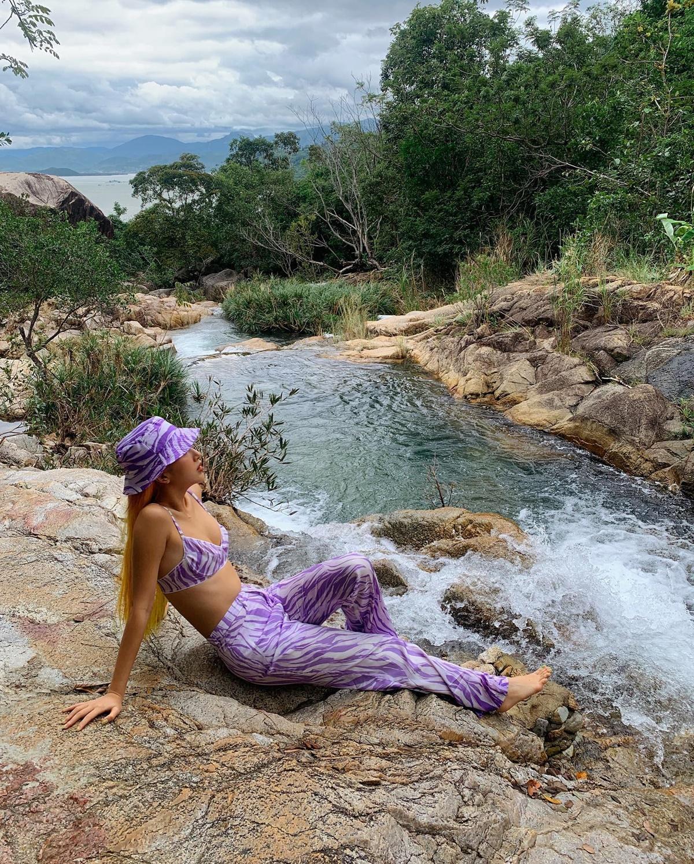 Bơi mệt nghỉ, bạn có thể ngồi ngắm cảnh biển, hít thở khí trời, xa xa là cảnh núi non, biển cả.