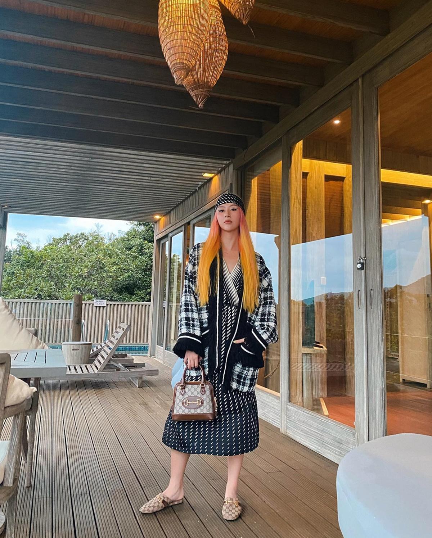 [Caption]Resort gồm 34 villas riêng biệt được thiết kế từ các nguyên liệu thiên nhiên thân thiện với môi trường. Không gian mở rộng rãi, thoáng đãng được bao quanh bởi quang cảnh biển và núi rừng xanh mát, trong lành được bảo tồn hầu như nguyên vẹn.
