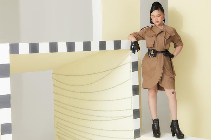 Từ mẫu trench coat mang vẻ đẹp kinh điển, nhà thiết kế khéo biến tấu thành kiểu váy tôn nét cá tính cho bé gái.