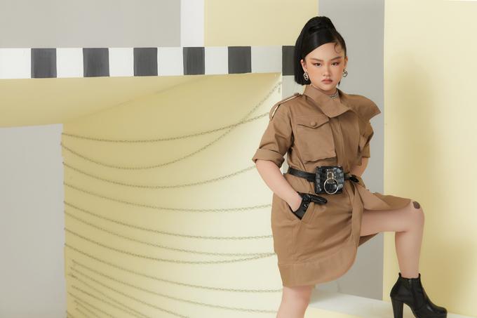 Túi đeo hông, bốt cổ thấp, găng tay tông đen được mix-match hài hoà để tạo nên tổng thể hoàn hảo cho mẫu nhí Bùi Băng Trinh.