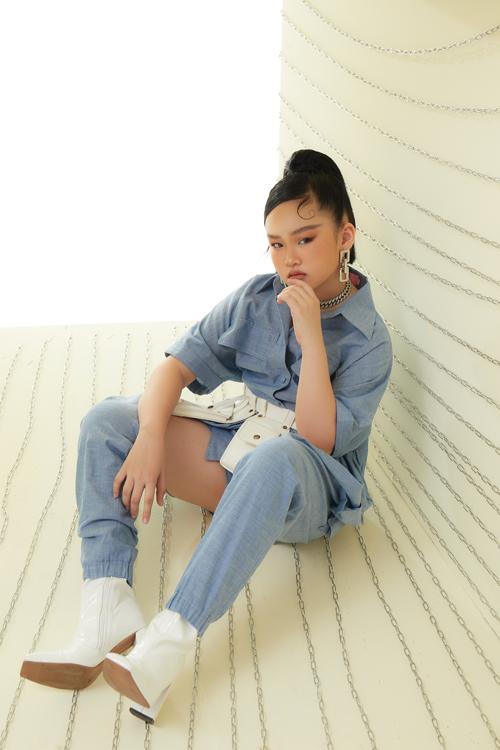 Cách tạo dáng và thể hiện thần thái chuyên nghiệp của mẫu nhí Băng Trinh giúp các trang phục của nhà thiết kế Thanh Huỳnh thêm sống động.