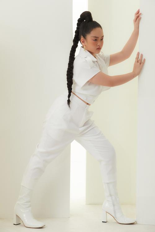 Khi diện bộ suit trên tông trắng, lối trang điểm và cách làm tóc của Băng Trinh cũng được thay đổi để giúp bé thêm phần cuốn hút.