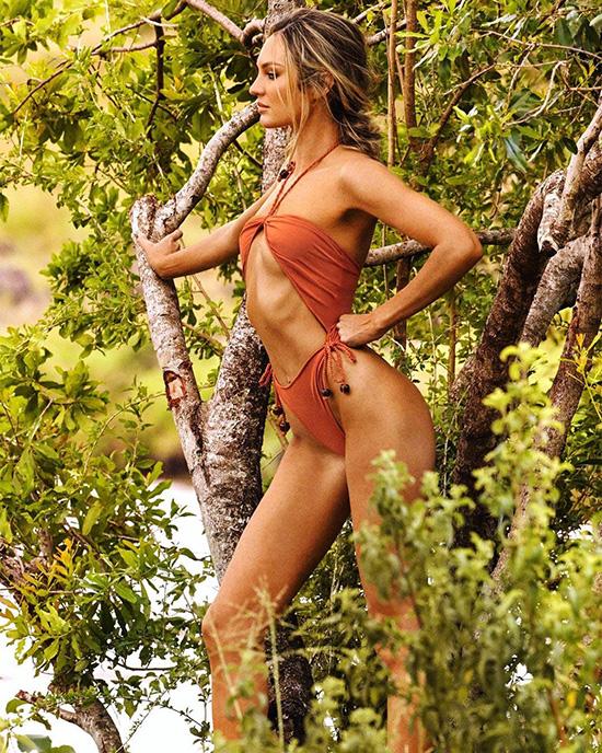 Trên trang web của thương hiệu đồ bơi Tropic Of C, bà mẹ hai con chia sẻ rằng các bộ sưu tập của cô chịu ảnh hưởng từ thiên nhiên, lấy cảm hứng từ hình thể phụ nữ.