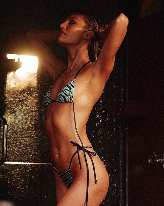 Dù vậy, mỹ nhân Nam Phi vẫn tích cực chụp hình với các kiểu bikini không hỗ trợ nâng đẩy núi đôi.