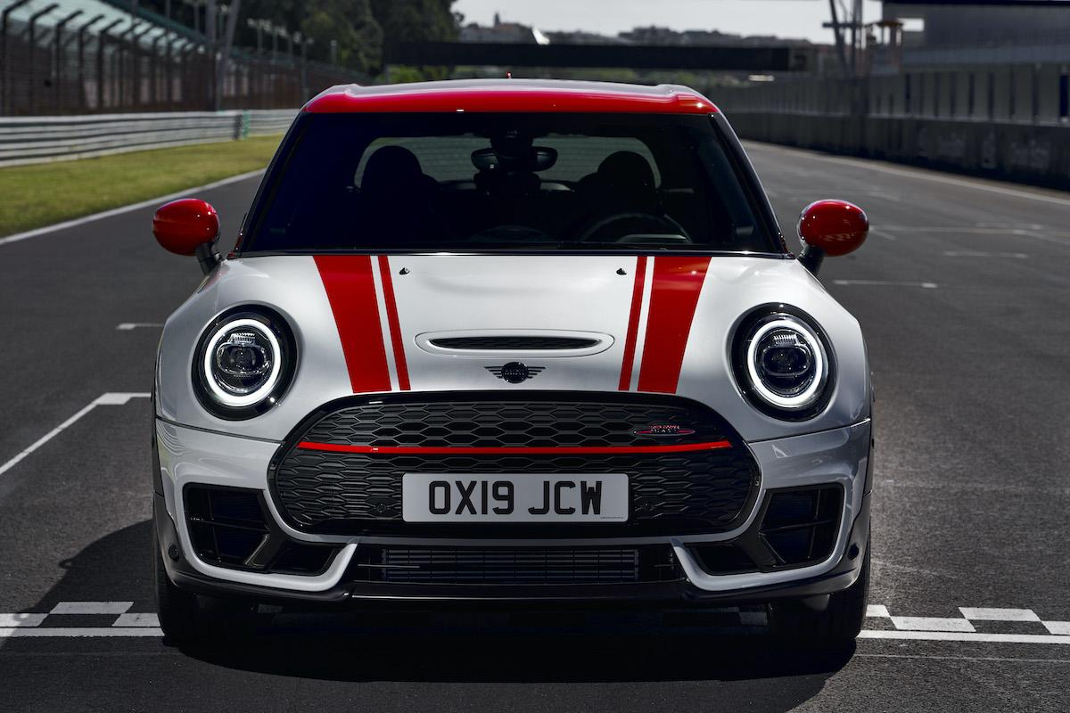 Màu sắc, thiết kế ngoại thất cùng tem xe màu ở nắp capo và hông xe mang lại cho John Cooper Works cảm giác thể thao của những chiếc xe đua thực thụ. Ảnh: MINI.