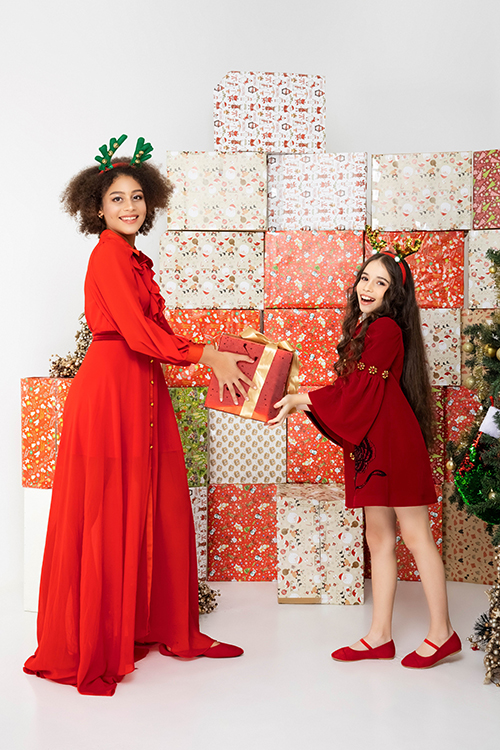 Sắc đỏ đậm đúng tông màu của tiệc Noel được nhà mốt biến đổi không ngừng trên nhiều phom dáng đồ đi tiệc cho trẻ em.