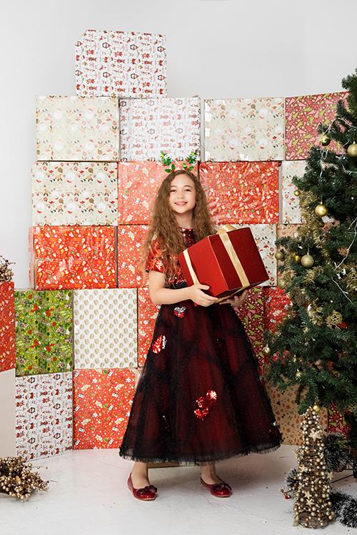 Trang phục váy xòe quen thuộc được làm mới bởi cách phối hai chất liệu sequins lóng lánh và vải tuyn tạo khối bồng bềnh.