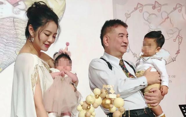 Chồng cô - doanh nhân Trần Vinh Luyện - đang ở Macau nên không thể về với vợ. An Dĩ Hiên tự tay tổ chức tiệc và mời rất nhiều nghệ sĩ, người thân tham dự. Ước tính, cô tổ chức khoảng 15 bàn tiệc. Bố cô cũng xuất hiện trong bữa tiệc của cháu gái. Ông bế cháu trai, trong khi con gái bế em bé gái mới chào đời.