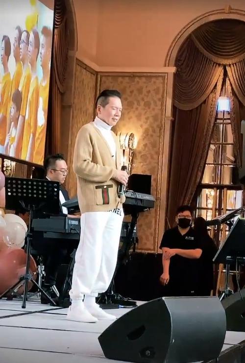 Ông trùm Hướng Hoa Cường lên sân khấu hát tặng thân chủ trong bữa tiệc.