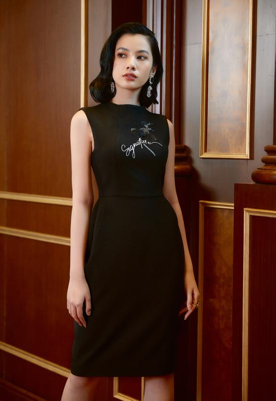 Họa tiết hoa lan hồ điệp được thêu đính tinh tế trên từng bộ váy tạo điểm nhấn thú vị.