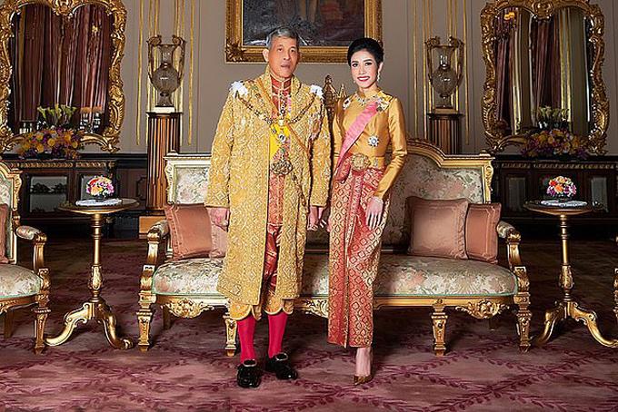Vua Maha Vajjiralongkorn và Hoàng quý phi Sineenat Wongvajirapakdi trong lễ sắc phong hồi tháng 7/2019. Ảnh: AFP.
