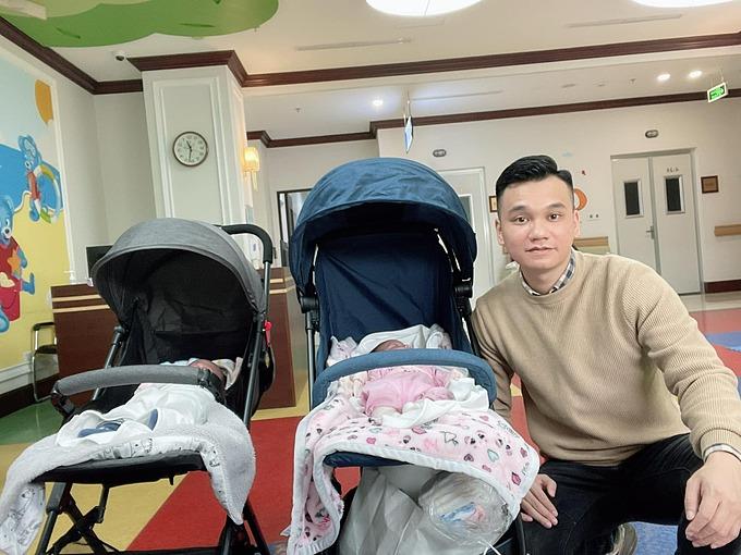 Ca sĩ Khắc Việt đăng ảnh đưa hai con song sinh đi tiêm chủng, Hoàng Bách liền trêu: Lấy vợ ngoan ngay.