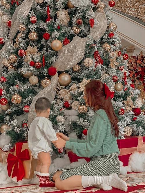 Lan Khuê và con trai chơi đùa bên cây thông Noel trong biệt thự của gia đình.
