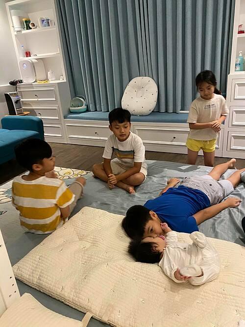 Cường Đôla hạnh phúc khi ngắm nhìn con trai Subeo (áo xanh) chơi đùa với em gái Suchin. Ông xã Đàm Thu Trang tâm sự: Sau một ngày làm việc thì đây là những giây phút bình yên nhất.