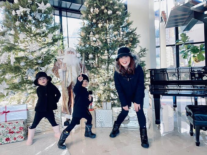 Bé Thiên Từ (giữa) - con trai ca sĩ Đan Trường - vui nhộn khi pose ảnh Giáng sinh cùng mẹ Thủy Tiên.