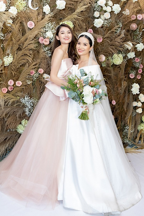 Ngày 19/12, cô dâu Thuỳ An - chị gái Thuỳ Dung đã tổ chức đám cưới tại TP HCM. Trong hôn lễ, cô dâu chọn diện 2 váy cưới đến từ bộ sưu tập mới nhất của NTK Vĩnh Thuỵ, một chiếc mang phong cách tối giản và chiếc còn lại đắp ren.