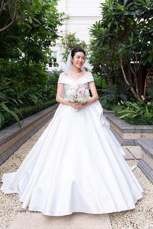 Ngày 25/7, á hậu Thuý Vân đã diện một váy cưới tối giản được lấy ý tưởng từ tên của chính mình, nghĩa là áng mây nhẹ nhàng. Mẫu đầm được NTK Linh Nga sử dụng các lớp vải lụa Mikado đắt tiền, kết hợp Organza tơ tằm cao cấp và sắp xếp khéo léo để chúng có được độ bồng bềnh tự nhiên, khắc họa được đúng tên cô dâu nhất.