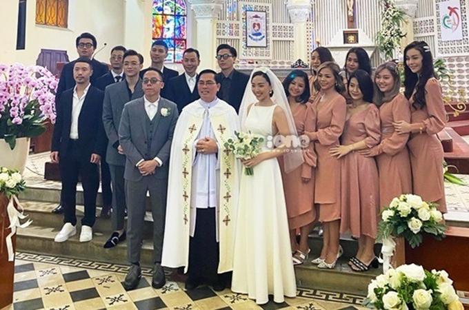 Sáng 20/2, Tóc Tiên - Hoàng Touliver đã tổ chức hôn lễ tại nhà thờ Con Gà ở Đà Lạt, với sự tham gia của một số bạn bè nghệ sĩ thân thiết. Để đảm bảo an ninh, gia đình ca sĩ đã huy động nhiều bảo vệ, chỉ có người thân, khách mời được ra vào.