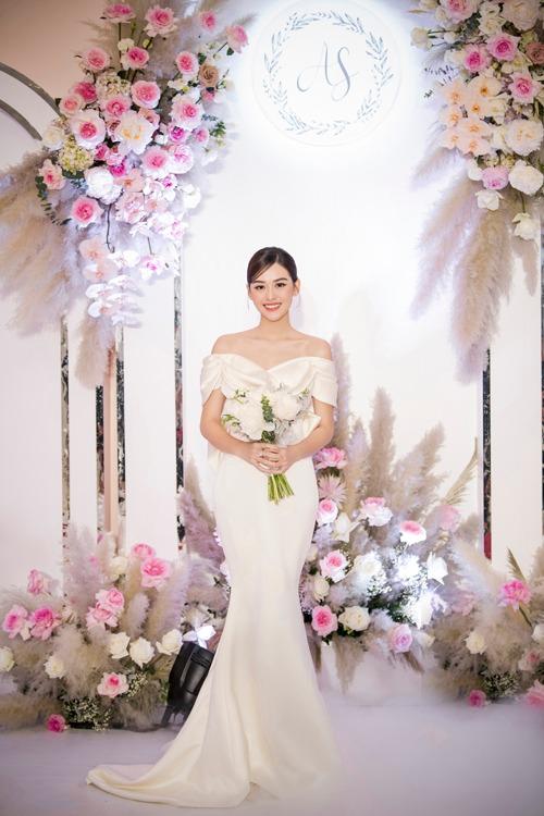Tối 30/11, á hậu Tường San đã nên duyên cùng chú rể Đức Anh. Trong ảnh công bố sau hôn lễ, người đẹp được bố dắt tay vào lễ đường. Tại tiệc, váy cưới đầu tiên mà cô dâu diện để đón khách thuộc dòng váy tối giản Minimalism, có tên gọi Audrey được thực hiện bằng chất liệu Silk Duchess Italy (lụa công nương Italy).