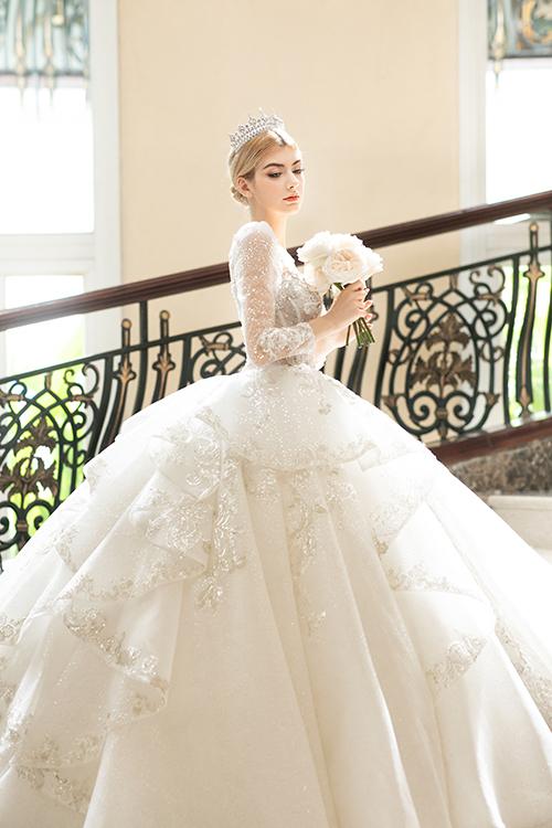 Phần đuôi váy được thêm phần xếp ly, tạo hiệu ứng thị giác tối đa nhờ các chi tiết đính kết lấp lánh.