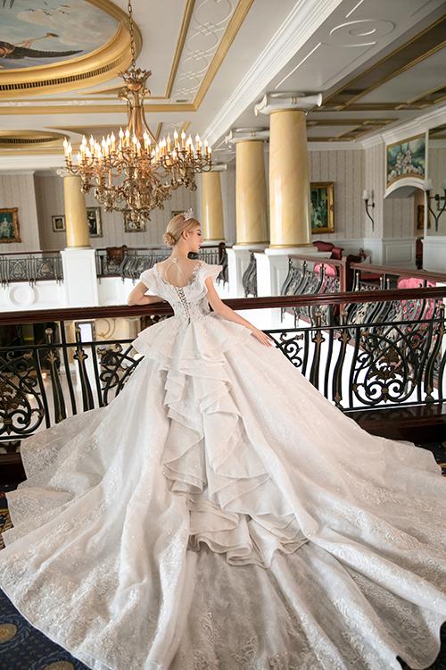 Mặt sau của đầm được tạo điểm nhấn với cách xếp chồng các lớp vải, mang đến sự duyên dáng, điệu đà khi cô dâu diện váy.