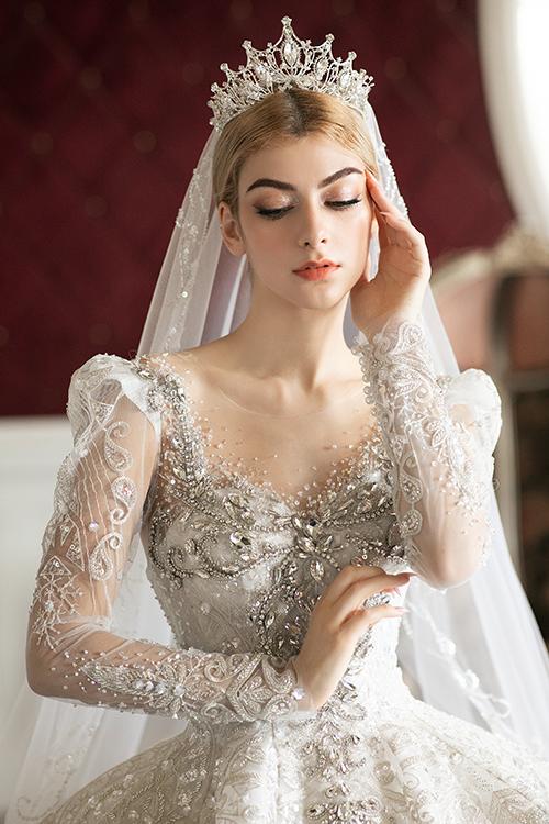 Nổi bật với phong cách váy cưới hoàng gia, nhóm thiết kế tiếp tục đem tới những chất liệu cao cấp vào mẫu áo cưới.