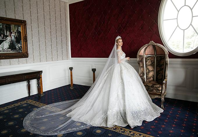 Điểm nhấn của mẫu đầm là phần vai áo phồng, eo được may theo công nghệ corset siết eo 2021, giúp cô dâu toả sáng trên sân khấu tiệc cưới.