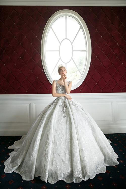 Toàn cảnh mẫu đầm đắt giá. Nhờ tạo váy từ nhiều lớp lang và kết hợp tùng mà mẫu đầm có độ xoè phồng lớn.