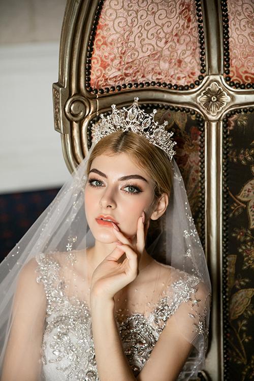 Cô dâu có thể kết hợp vương miện đính hạt, pha lê để diện mạo thêm lộng lẫy trong ngày cưới.