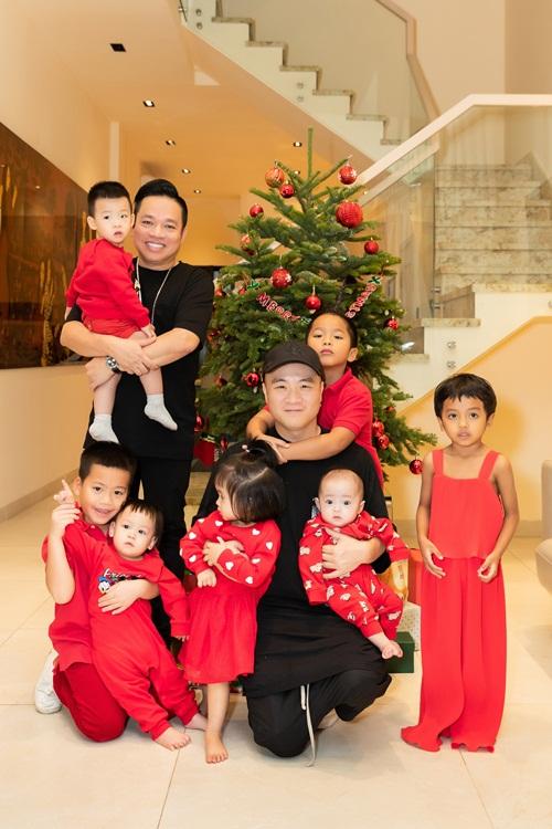 Ngôi nhà của mẹ đẻ doanh nhân Huy Cận là chốn sum họp cho gia đình anh mỗi dịp cuối tuần. Mới đây, anh cùng NTK Đỗ Mạnh Cường đưa đàn con về thăm bà. Lũ trẻ thích thú chọn cây thông, trang trí bắt mắt để dành tặng bà nội món quà Noel ý nghĩa.