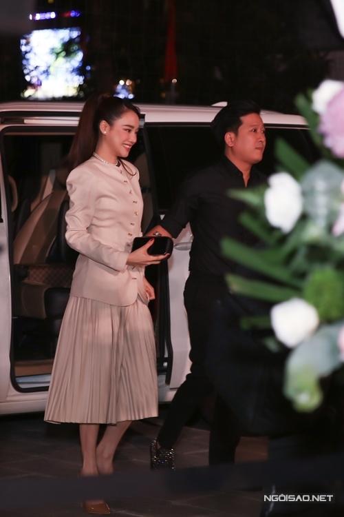 Là một trong những vị khách cuối cùng xuất hiện tại sự kiện, Nhã Phương và Trường Giang thu hút ống kính từ khi bước xuống khỏi xe riêng.