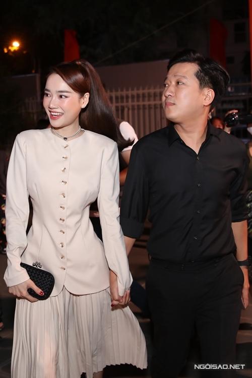 Trường Giang nắm chặt tay vợ tại sự kiện.