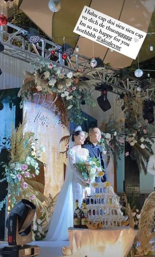 Bộ cánh có cổ chữ U hiện đại, phần tà voan giúp tạo vẻ uyển chuyển, bay bổng cho cô dâu khi sải bước trên lễ đường.