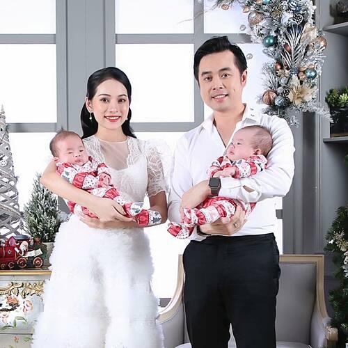 Vợ chồng Dương Khắc Linh - Sara Lưu pose ảnh Giáng sinh bên hai con.