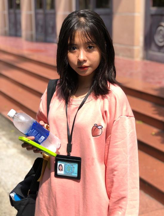 Hồng Nhung hiện là sinh viên Nhạc viện TP HCM. Ở tuổi 17 trông cô chững chạc, trưởng thành hơn. Hồng Nhung theo đuổi dòng nhạc pop ballad nhẹ nhàng, tình cảm. Giọng ca nhí gây chú ý khi cover ca khúc Người tình mùa đông nhạc Hoa lời Việt.