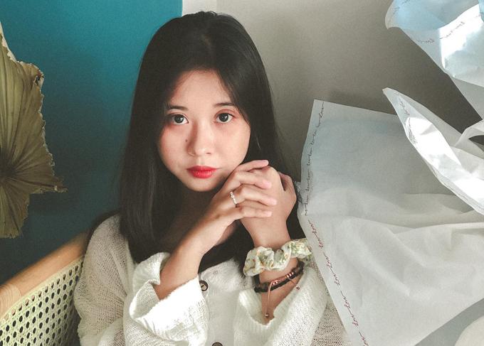 So với thời thi The Voice Kids 6 năm trước, ngoại hình Hồng Nhung thay đổi nhiều. Từ một nhóc tỳ lý lắc ở tuổi thiếu nhi, cô đã trở thành thiếu nữ điệu đà, đáng yêu.