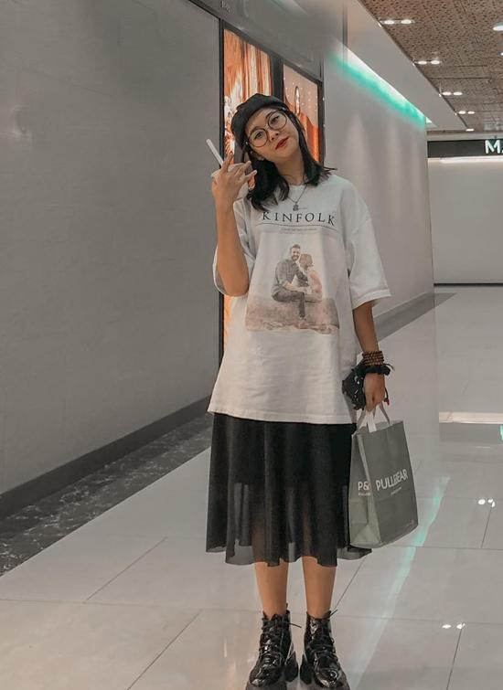 Hồng Nhung đuổi gu thời trang hiện đại, cá tính. Ngoài thời gian dành cho học tập và âm nhạc, cô thích đi mua sắm, tụ họp bạn bè, uống trà sữa.