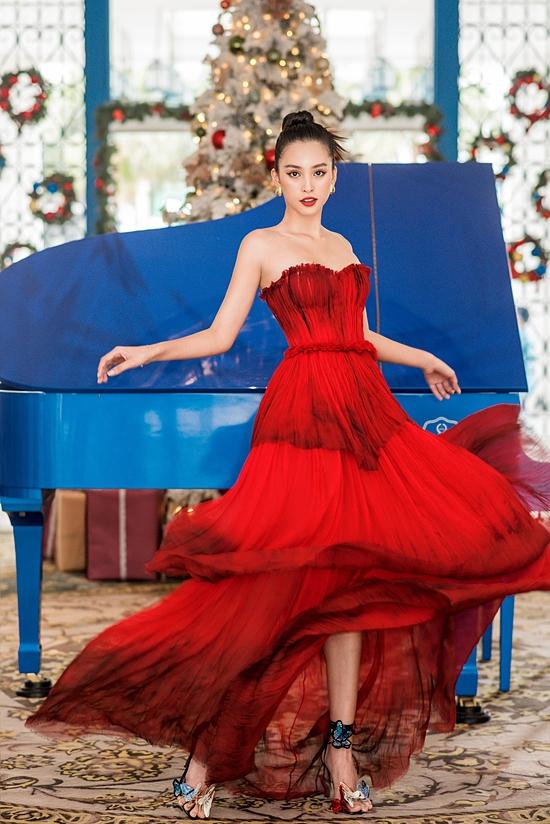 Tiểu Vy khoe nhan sắc như một nàng công chúa trong chiếc váy bay bổng.