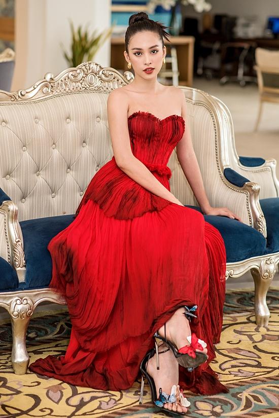 Tiểu Vy vừa kết thúc nhiệm kỳ Hoa hậu Việt Nam hôm 20/11 khi trao lại vương miện cho Đỗ Thị Hà. Hiện cô tập trung việc học, song song tham gia nhiều hoạt động thiện nguyện.