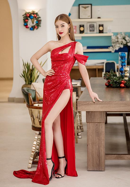 Cũng ở sự kiện này, á hậu Kiều Loan khoe đường cong và đôi chân thon dài trong mẫu đầm đính sequin lấp lánh, cắt xẻ sexy.