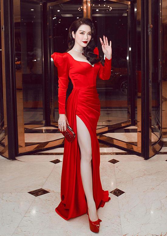 Phom dáng tinh tế và sắc đỏ nồng nàn từ tác phẩm của Đỗ Long giúp Lý Nhã Kỳ thu hút ánh nhìn khi đảm nhận vai trò giám khảo chung kết Hoa hậu doanh nhân Việt Nam toàn cầu.
