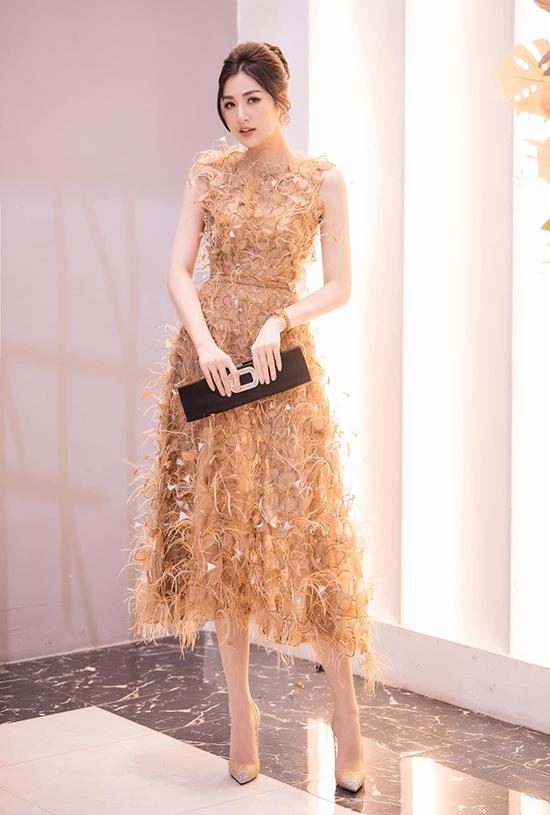 Á hậu Tú Anh khắc họa hình tượng tiểu thư thanh lịch, ngọt ngào trong trang phục do Lê Thanh Hòa thực hiện.