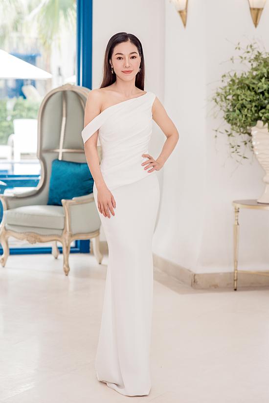 Bà trùm hoa hậu Phạm Kim Dung chọn váy lệch vai để tỏa sáng ở họp báo. Với kinh nghiệm Phó ban tổ chức Hoa hậu Việt Nam nhiều mùa, cô được ban giám khảo tin tưởng mời ngồi ghế ban khảo.